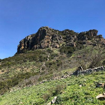 Cima dell'Arcuentu osservata lungo il sentiero
