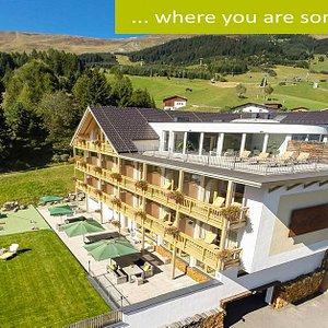 Sommer Südansicht des Hotels in Fiss, Tirol