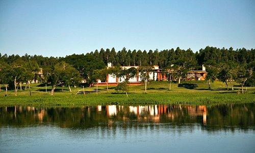 Vista del Lodge desde el río