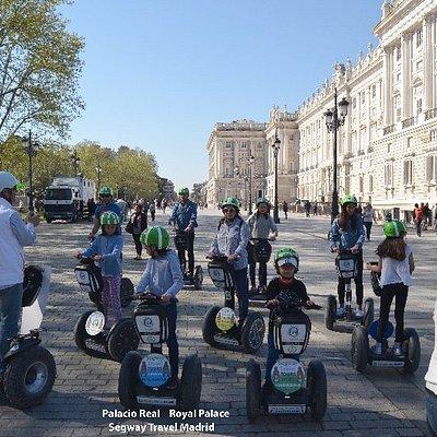 """Nuestro guía hablando del Palacio Real , """"parada cultural"""""""