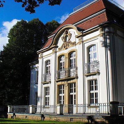 Das Hauptdienstgebäude mit der Bibliothek über 2 Etagen