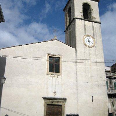 la facciata della chiesa e il campanile