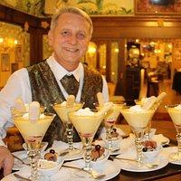 Kamil, seit 36 Jahren im Schönbrunner Stöckl serviert delikate Weinchadeau
