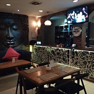 Tempatnya super cozy, waktu dinner di sini kaya dapet pengalaman dan warna baru. Nuansanya bikin