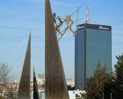 Sculpture d'Ipoustéguy dans le parc et les Tours Mercuriales