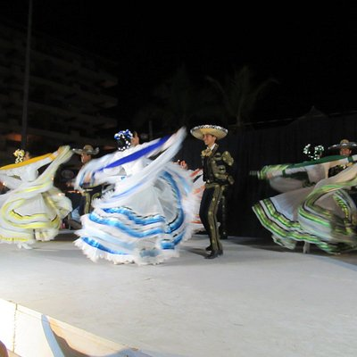 Xiutla Folkloric Dancers performing in the park