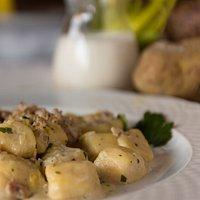 Gnocchi di patate con lucanica e porri