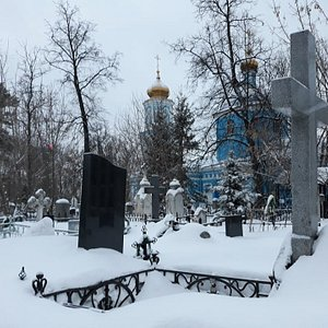La chiesa all'interno del cimitero