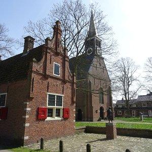 Raadhuisje Schoorl uit 1601 naast Kerk Schoorl uit 1783