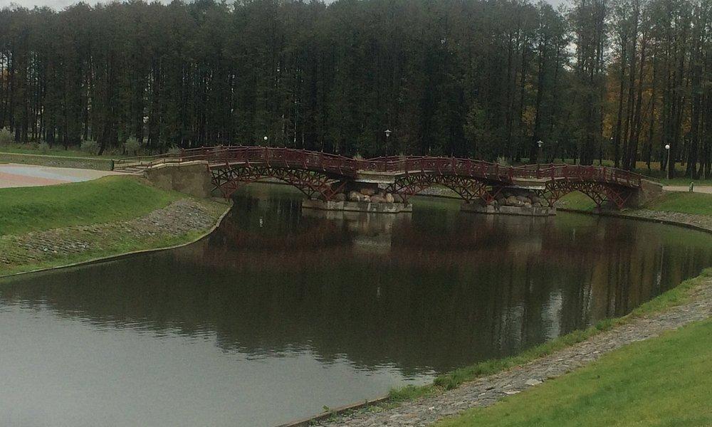 Вид на мостик. Очень красивые берега природной речки и крайне чистый ландшафт