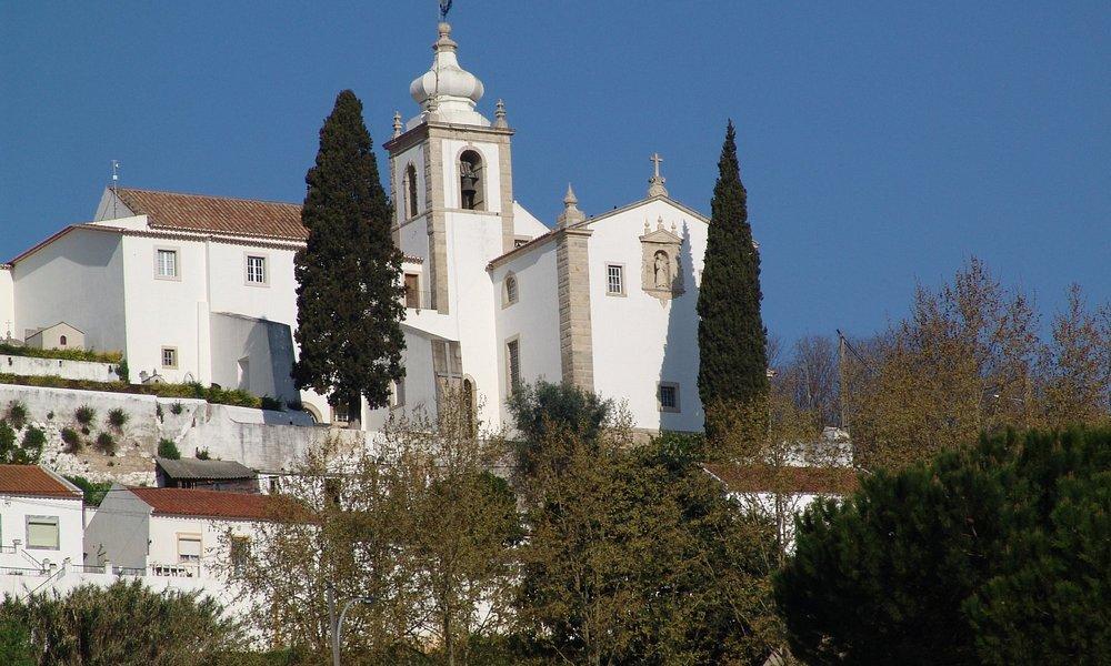 Do alto de uma colina, o convento de S. Francisco domina a paisagem