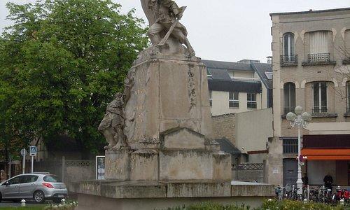 Côté du monument aux morts