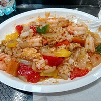 gamberi con chili e peperoni su letto di riso