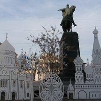 Пасхальный фестиваль у памятника