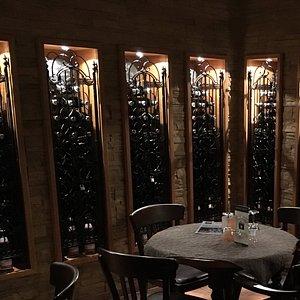 Iedere kamer zijn eigen privé wijnvoorraad.