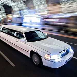Lincoln town car limousine rental from VIP limousine in Budapest. Airport shuttle, sightseeing t