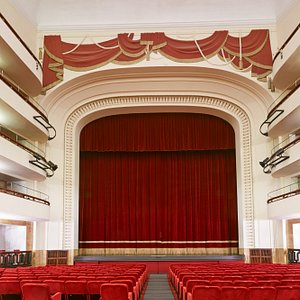 La sala con il sipario chiuso, una finestra sul regno dello spettacolo.