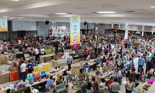 Durante todos los sábados, el Bazar del Sábado se llena con visitantes nacionales e internaciona