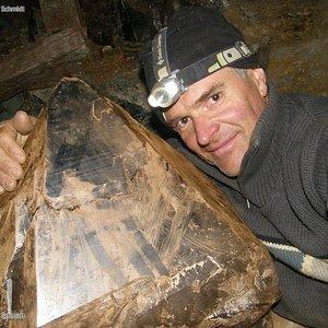 Kristallsucher Schmidt mit einem riesigen Kristall Fund aus den Walliser Bergen