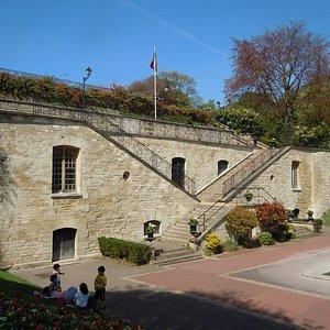 Escaliers symétriques de l'ancien château, donnant sur l'ancien bassin