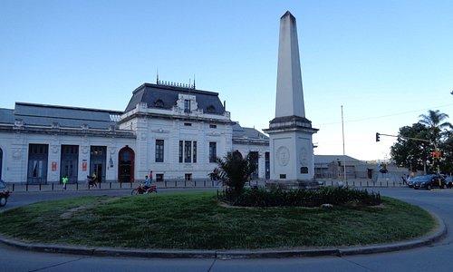 Obelisco homenaje al exodo Jujeño y Museo de Bellas Artes