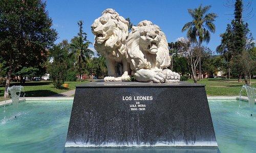 """Escultura """"Los Leones"""" de Lola Mora"""