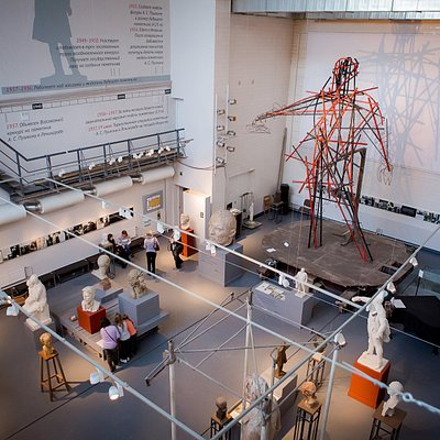 В большом зале проходят выставки современной скульптуры