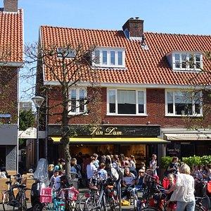 """""""Chocolaterie Van Dam;in de rij voor een ijsje in Heemstede"""""""
