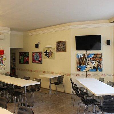 Disponiamo di un'ampia sala per pranzi veloci, compleanni, serate a tema e molto altro