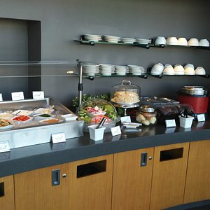 The food buffet at Club at SEA, N concourse