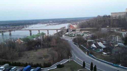 Parkeerplaats voor hotel en brug over de Prypjat
