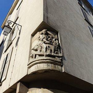 Rue de Jouy通りとRue de Fourcyの交差点に残る グラインダーの浮彫看板(Enseigne du rémouleur)