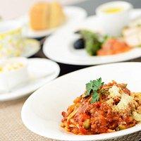 パスタランチコース 前菜の盛り合わせからスタート。パスタは、常時5~8種類から選べます。