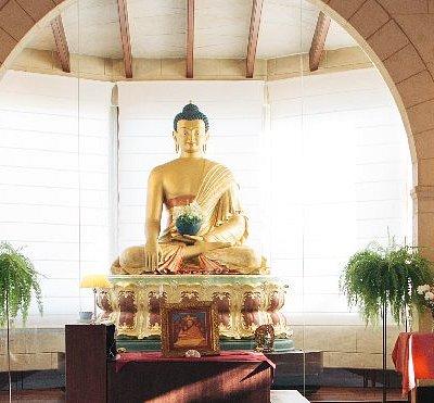 El altar del templo, con una precioso y gran estatua de Buda Shakyamuni, el fundador del budismo