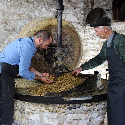 Depuis trois générations, nous produisons une huile de noix exceptionnelle