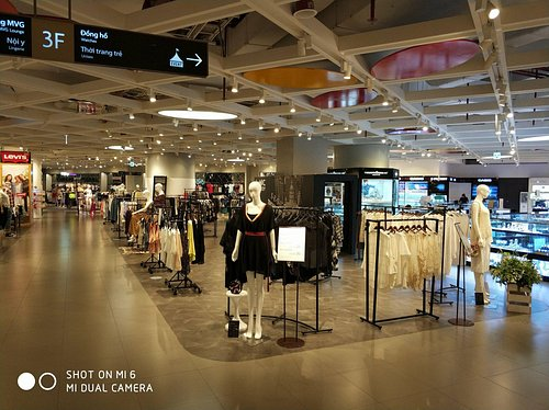 empty mall - high pricing - medium celection - when you live in Bangkok - Hanoi is poor ...
