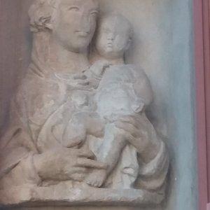La statua busto della Vergine con bambino