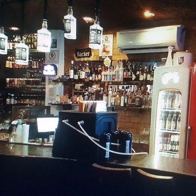Um lindo balcão de pub.