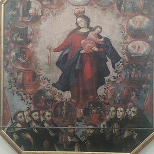 Una virgen del Rosario rodeada de santos diminicos y franciscanos.