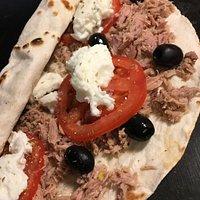 piadina Napoletana: bufala tonno pomodori olive origano