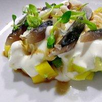 Caballa macerada en salsa de soja y cama de aguacate, mango y salsa de yogur y lima