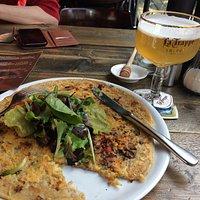 オランダ風パンケーキ。ビールとともに。