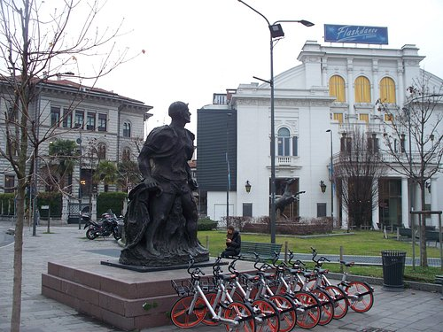 statua con bici parcheggiate