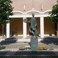 Il monumento visto dalla fontana antistante