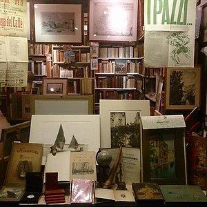 Segni nel Tempo antiquarian bookshop in Venice