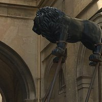 statues lion et taureau