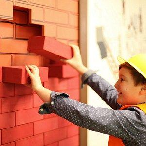 Sich in die Rolle eines echten Bauarbeiters versetzen.... Kinderleicht!