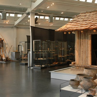 Blick in die Ausstellung in einer luftigen Shedhalle der ehemaligen Fabrik.