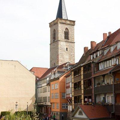 Die Rückseite der Krämerbrücke mit dem Turm der Ägidienkirche