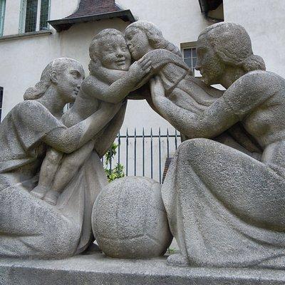 """Détail de la sculpture """"La réconciliation"""""""